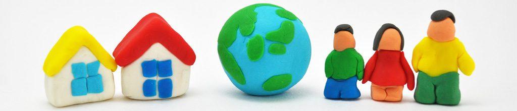 カラフルな粘土で作った地球・家・人間の写った写真