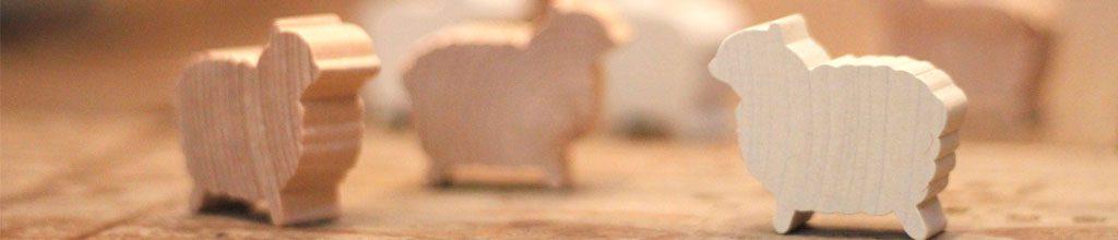 木製の羊のオブジェが写った写真