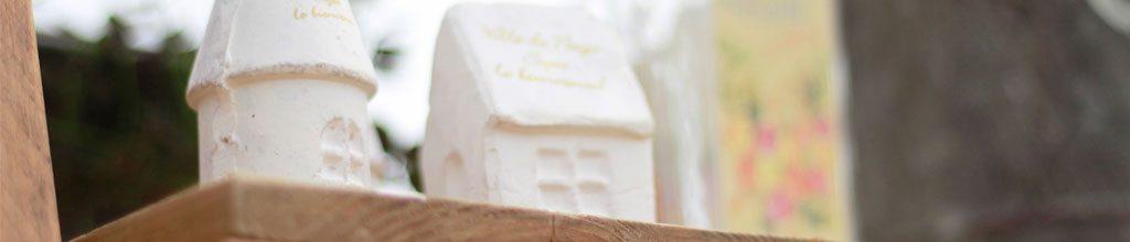 家の形をした白い焼き物の写った写真