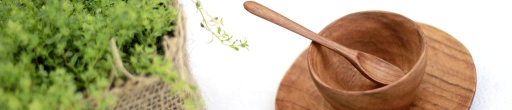 木製のスープ皿とスプーンの写った写真