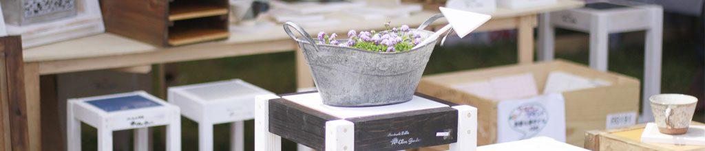 ステンレス製の鉢に花が植えてある写真
