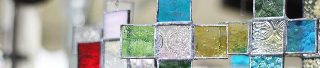 十字架の形をしたステンドグラスの写った写真