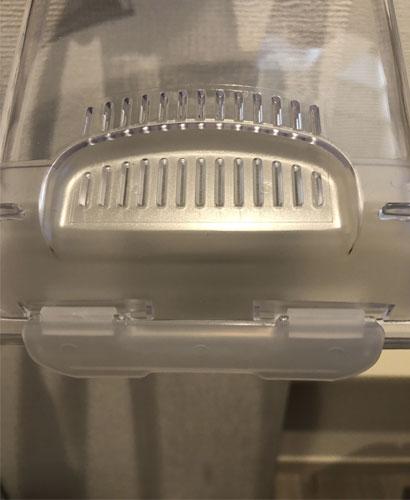 クリーンケース S の天蓋(通気孔とサイドロック)の写真