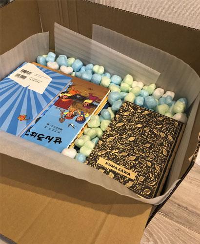 段ボールに44冊の本を詰め、隙間をコーンクッションで埋めた状態の写真